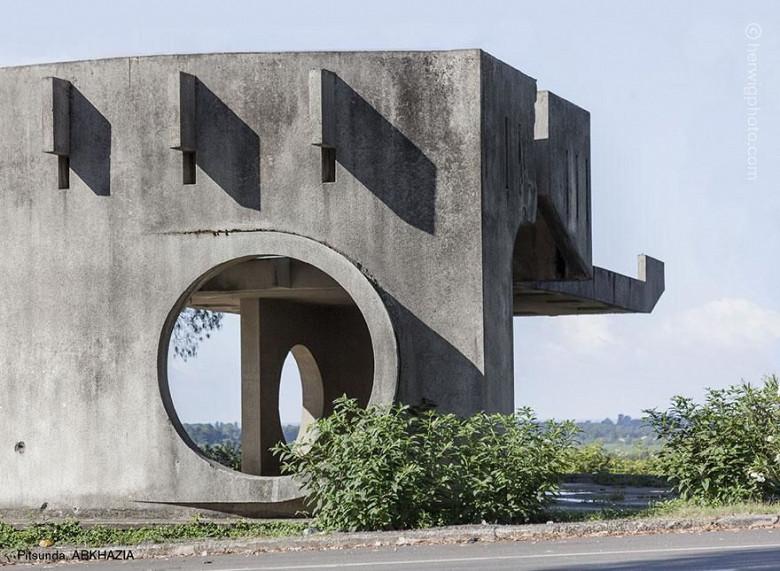 Канадский фотограф запечатлел советские автобусные остановки, в том числе в Молдове фото 13