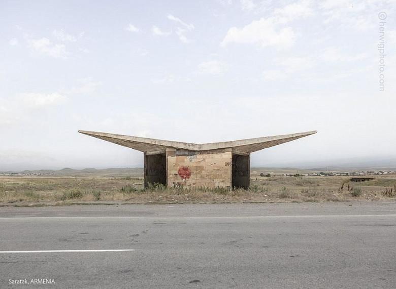 Канадский фотограф запечатлел советские автобусные остановки, в том числе в Молдове фото 2