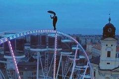 В Венгрии акробат прогулялся по колесу обозрения
