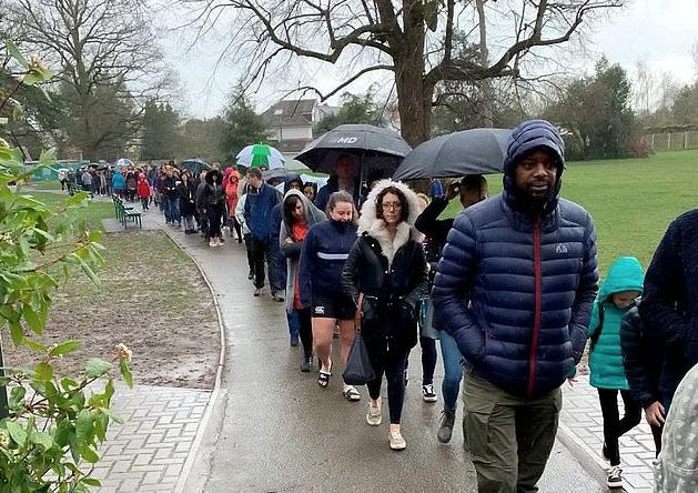 Тысячи человек часами стояли под дождём для спасения больного малыша фото 3