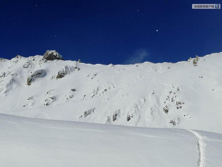 В Китае снежная лавина накрыла десять человек, они находятся на связи со спасателями фото 3