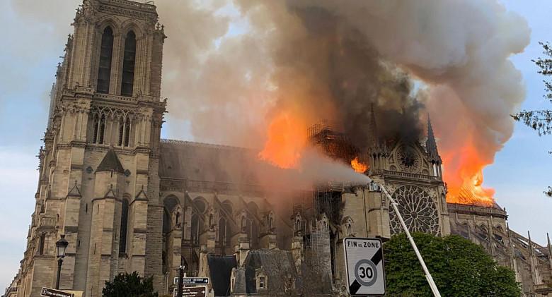 Пожар в соборе Парижской Богоматери ликвидирован силами более 400 пожарных фото 2