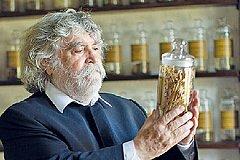 Умер изобретатель укладки волос.