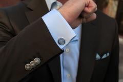 Зачем на рукавах мужских пиджаков нашивают пуговицы?