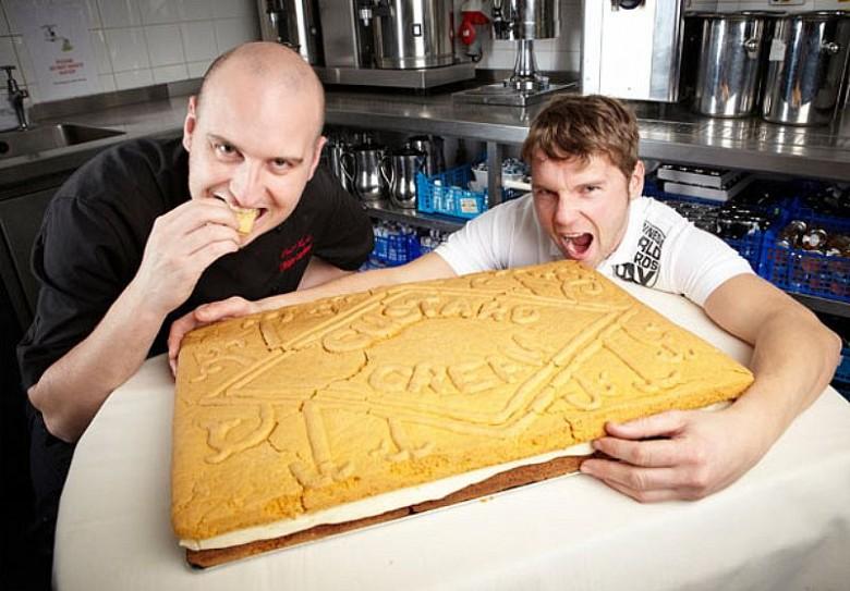 Самое большое печенье: 59 см. в длину и 39 см. в ширину.