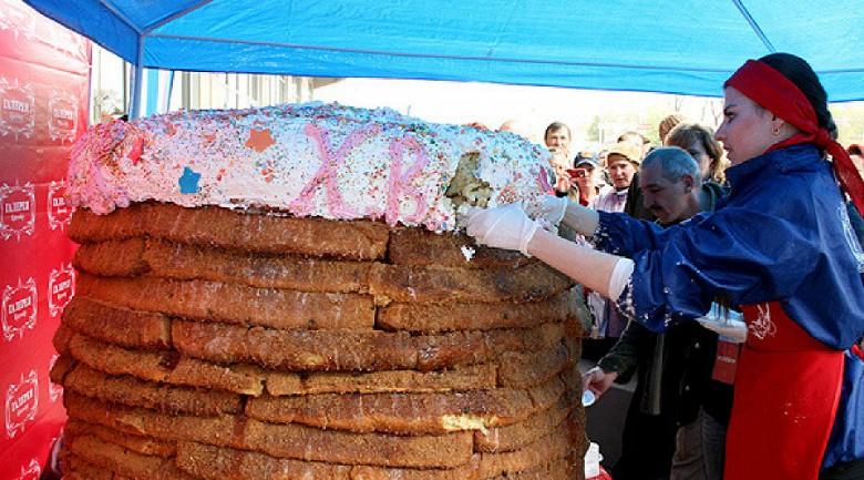 Краснодар. Самый большой пасхальный кулич, вес 650 килограмм