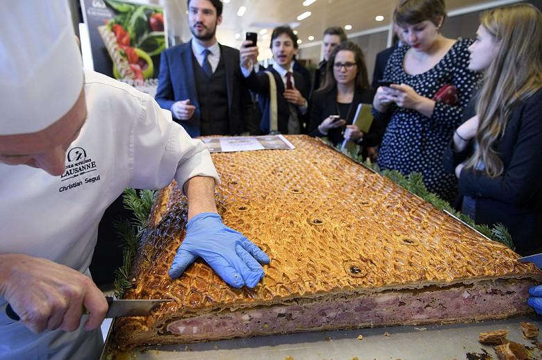 Самый большой мясной пирог сделан в Швейцарии. Он весит 87 кг