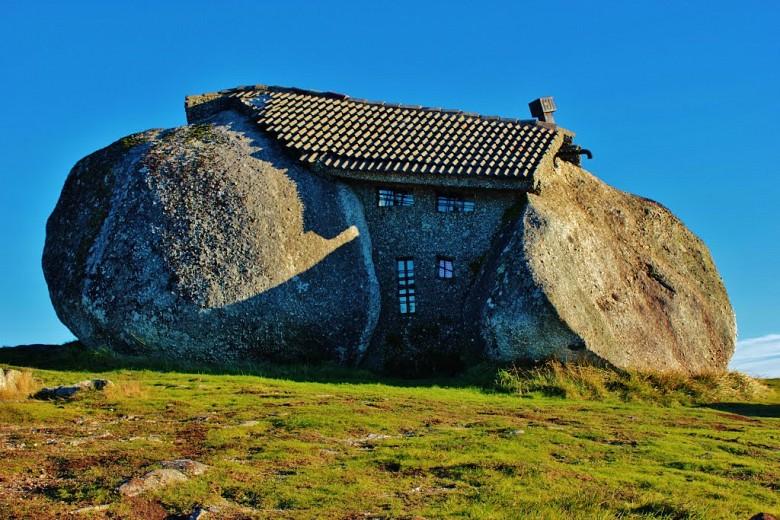 Дом из гигантских валунов, Португалия
