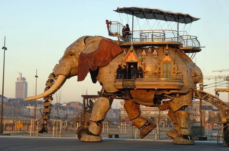 Дом-робот, он способен передвигаться и одновременно в нем могут жить до 50 человек. Эдакая «цыганская кибитка» для любителей кочевать.