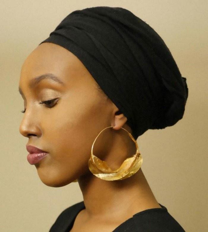 Обязательный высокий лоб. Женщины африканского племени «Фула» даже состригают себе волосы, чтобы лоб казался больше.