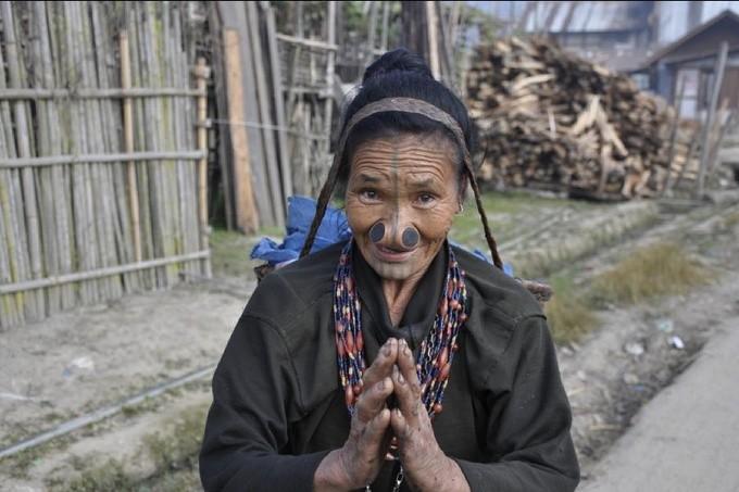 Пробки в носу, женщина народа «Апатани», Индия