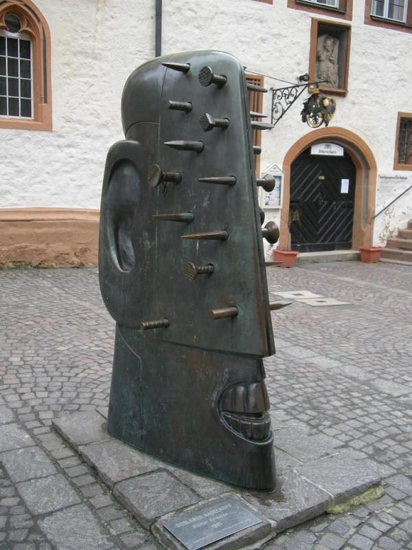 Памятник Надоевшим мыслям, которые как гвоздь засели в мозгу, Германия